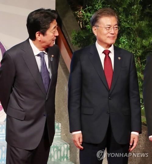 문 대통령 바라보는 아베 일본 총리