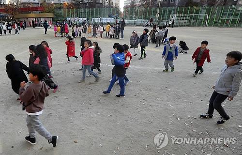 운동장으로 대피한 어린이들