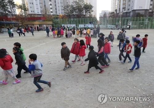 전국에서 감지된 지진에 당황한 어린이들