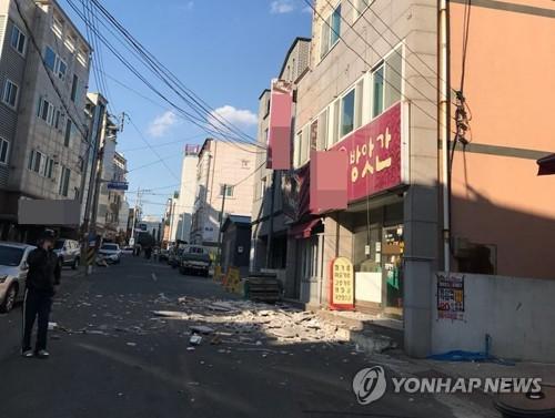 资料图片:2017年11月15日下午,在庆尚北道浦项市,一栋楼宇的墙体在地震中脱落。(韩联社)