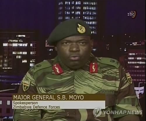 '정권장악' 발표하는 짐바브웨 군부 대변인