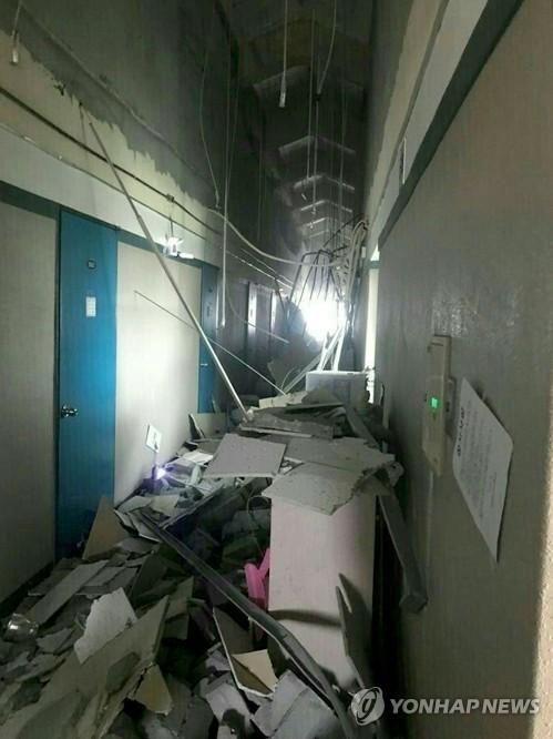 천장 내장재가 모두 떨어진 건물