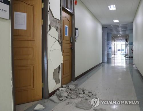 무너진 대학 건물 내부