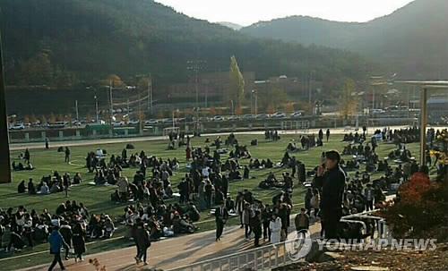운동장으로 긴급 대피한 학생들