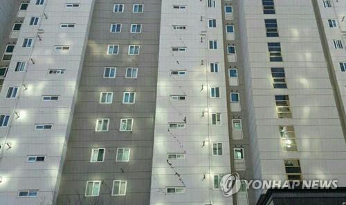 지진으로 균열 생긴 포항의 고층 아파트