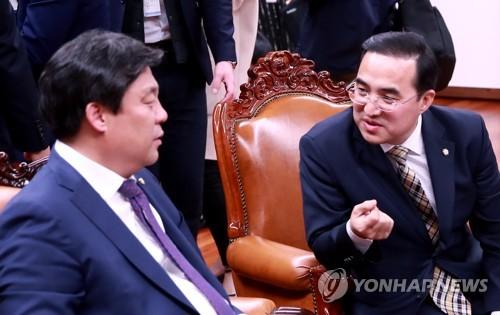 논의하는 박홍근-김선동