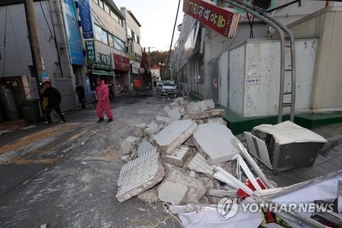 지진으로 외벽이 '와르르'