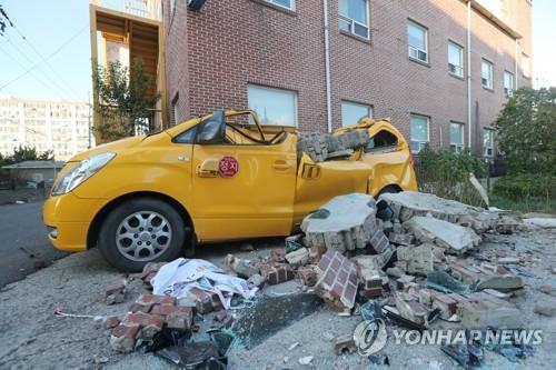 2017年11月に浦項で起きた地震では建物などに被害が出た=(聯合ニュース)