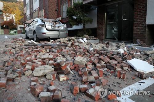 지진으로 무너져 뒹구는 벽돌들