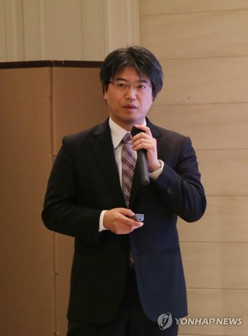 マッコリの成分分析結果を発表する東京農業大の数岡准教授=16日、東京(聯合ニュース)