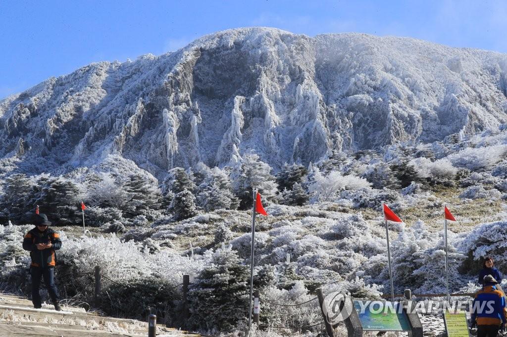 2017년 11월 19일 첫눈 내린 한라산[연합뉴스 자료사진]