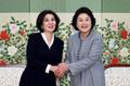 韩国乌兹别克第一夫人握手