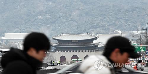 ソウル中心部にある光化門にも雪が積もっている=24日、ソウル(聯合ニュース)