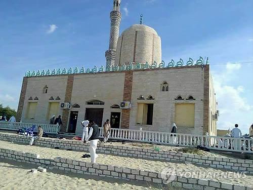이집트 이슬람 사원서 폭탄·총격테러…최소 70여명 사상