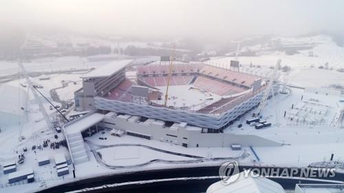 Le stade pour les cérémonies d'ouverture et de clôture des Jeux olympiques d'hiver de PyeongChang 2018 est recouvert de neige le dimanche 26 novembre 2017, à PyeongChang, dans la province du Gangwon.