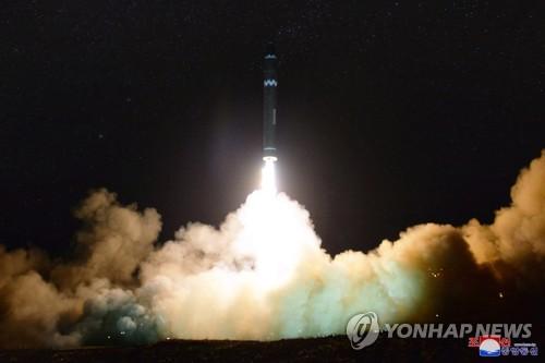 北朝鮮は11月、新型のICBM級「火星15」の発射実験を行った=(朝鮮中央通信=聯合ニュース)