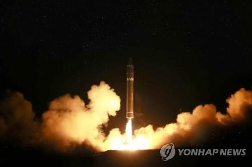 Le quotidien officiel nord-coréen Rodong Sinmun a publié le mercredi 29 novembre 2017 des photos du tir de missile balistique intercontinental Hwasong-15 effectué le matin-même. (Utilisation en Corée du Sud uniquement et redistribution interdite)