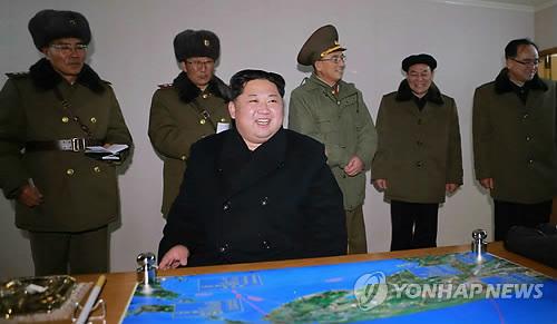 """朝鲜劳动党机关报《劳动新闻》29日公开劳动党委员长金正恩观看""""火星-15""""型洲际弹道导弹发射的照片。图片仅限韩国国内使用,严禁转载复制。(韩联社/《劳动新闻》)"""