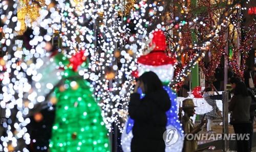 크리스마스 트리 앞에서 남기는 겨울 추억