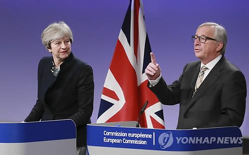메이 영국 총리와 융커 EU 집행위원장 [EPA=연합뉴스]