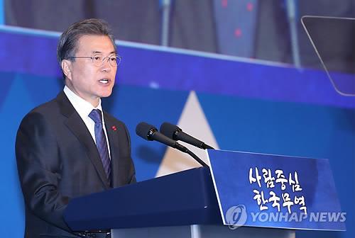 「貿易の日」記念式で祝辞を述べる文大統領=5日、ソウル(聯合ニュース)