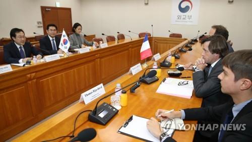 Le représentant spécial pour la paix sur la péninsule coréenne et les affaires de sécurité, Lee Do-hoon, et le directeur général des affaires politiques et de sécurité de la France, Nicolas de Rivière, tiennent une réunion bilatérale sur le dossier nucléaire nord-coréen le mardi 5 décembre 2017 au ministère des Affaires étrangères à Séoul.