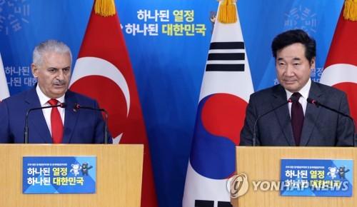 共同記者会見を行う李首相(右)とユルドゥルム首相=6日、ソウル(聯合ニュース)
