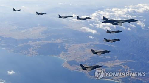Un bombardier stratégique américain B-1B Lancer et des chasseurs sud-coréens et américains volent dans le ciel de la province du Gangwon le mercredi 6 décembre 2017 lors d'un exercice de simulation de bombardement effectué dans le cadre de la manœuvre aérienne conjointe baptisée Vigilant ACE.