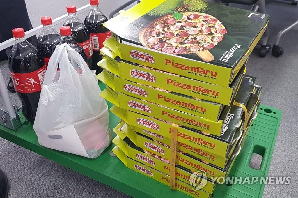문재인 대통령이 기재부 직원에 보낸 피자