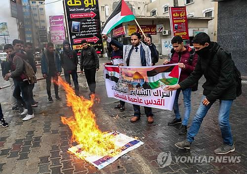 팔레스타인의 분노…불태워지는 트럼프와 이스라엘 국기