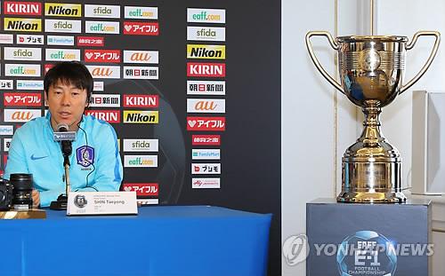 記者会見で試合への意欲を語る申台龍監督=7日、東京(聯合ニュース)
