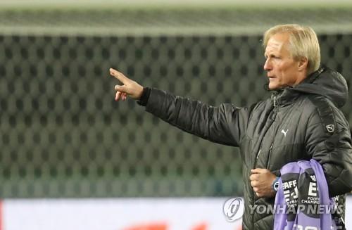 북한대표팀 훈련 지도하는 안데르센 감독