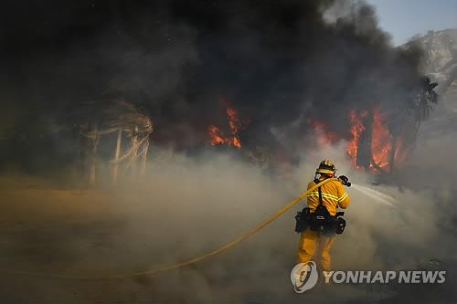 美 캘리포니아 산불 130㎞ 강풍 타고 확산…서울면적 80% 태워