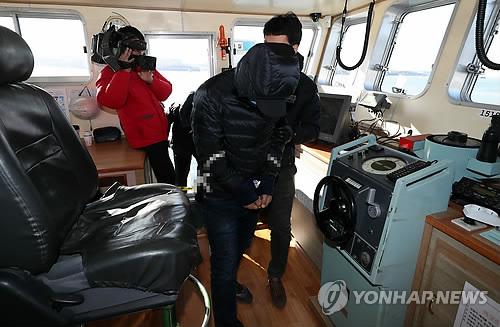 현장 도착한 '낚싯배 추돌' 급유선 갑판원