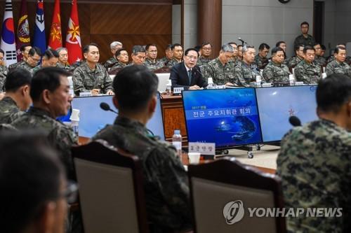 Le ministre de la Défense Song Young-moo dirige une réunion des principaux commandants des armées de la Corée du Sud le vendredi 8 décembre 2017 au ministère de la Défense à Séoul.