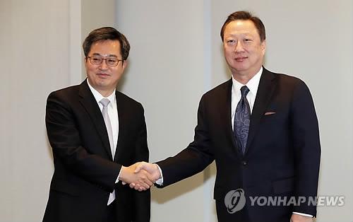 박용만 회장과 악수하는 김동연 부총리