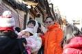 外国游客冒寒游览北村