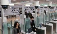 내년 1월 18일 개장하는 인천공항 제2여객터미널에서 12일 오전 관계자들이 자동출입국심사 시스템을 시연, 시민참여단들이 환승 구역 체험하는 등 막바지 개장 준비가 한창이다.