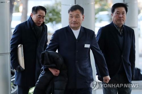 경찰 소환되는 오규석 부산 기장군수
