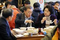 베이징 서민식당에서 식사하는 문 대통령 내외