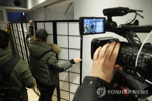 칸막이 안에서 피해 발언하는 여배우 [연합뉴스 자료사진]