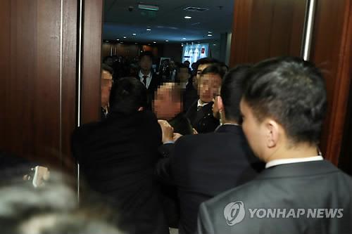 중국 측 경호 관계자에게 폭행 당하는 한국 사진기자