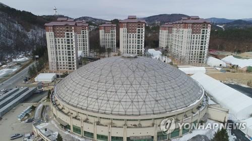 Les travaux du village olympique de PyeongChang (en arrière plan) ont été achevés le vendredi 15 décembre 2017. Ce village et celui à Gangneung accueilleront les athlètes des Jeux olympiques d'hiver de PyeongChang 2018.