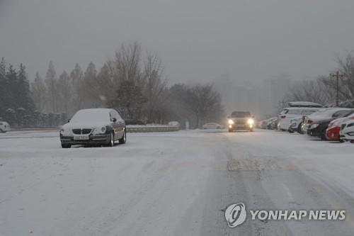 雪が積もったソウル市内=18日、ソウル(聯合ニュース)