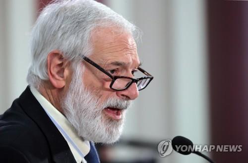 韓国国会のセミナーで講演するロバート・ガルーチ元国務次官補=18日、ソウル(聯合ニュース)