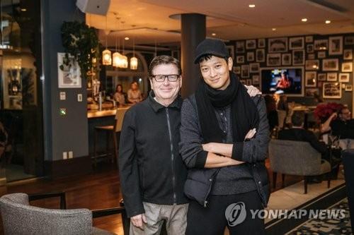 カン・ドンウォン(右)とサイモン・ウェスト監督(YGエンターテインメント提供)=(聯合ニュース)
