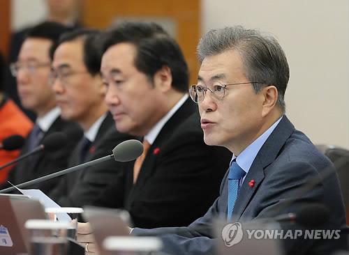 閣議で発言する文在寅大統領=19日、ソウル(聯合ニュース)