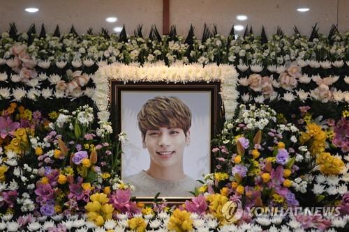 祭壇に飾られたジョンヒョンさんの遺影(写真共同取材団)=(聯合ニュース)