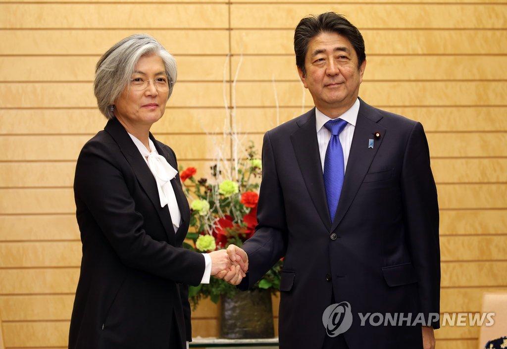일본 아베 총리와 악수하는 강경화 장관