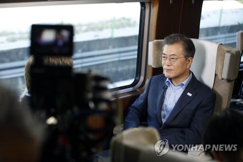 文大統領は大統領専用の高速列車内でインタビューを受けた(大統領府提供)=(聯合ニュース)